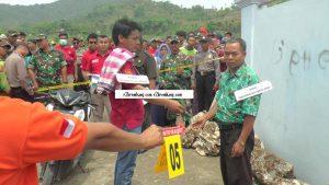 Reka ulang korban (diperankan polisi) membeli penthol kepada saksi Sudarmin, sebelum tewas dibunuh. (Foto atas) Adegan ketika Aipda Denny Cahyadi menjemput saksi Joko Sampurno, Sekdes Suntri.