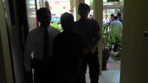 Tersangka pelaku pengedar uang palsu. (Foto atas) Kapolres, Kasat Reskrim dan perwakilan dari Bank Indonesia menunjukkan barang bukti uang palsu, Senin (02/12).