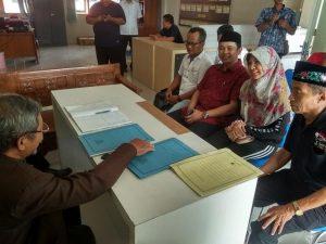 Vivit Dina Rini Atnasari didampingi sang suami yang juga Wakil Bupati Rembang, Bayu Andriyanto mendaftarkan diri sebagai calon ketua umum KONI, Sabtu (14/12).