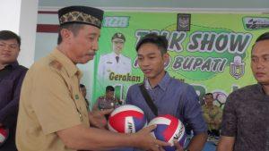 Bupati Rembang, Abdul Hafidz menyerahkan bola kepada perwakilan pemuda. (Foto atas) 16 perwakilan desa se Kecamatan Bulu foto bareng Bupati, Senin (27/01).