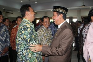 Bupati Rembang, Abdul Hafidz memberikan ucapan selamat kepada para pejabat, seusai pelantikan di lantai IV Gedung Setda, Selasa (07/01).
