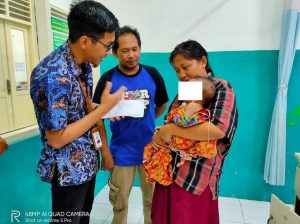 Penderita gizi buruk warga Desa Timbrangan Kec. Gunem, digendong sang ibu, saat dijenguk oleh perwakilan PT. Semen Gresik.