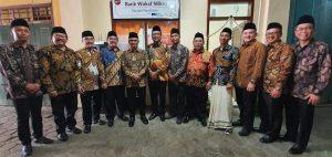 Kantor Bank Waqaf Mikro Bangkit Nusantara di Rembang. (Foto atas) Ketua Dewan Komisioner OJK, Wimboh Santoso berbincang dengan sejumlah pelaku usaha ultra mikro, Kamis (09 Januari 2020).