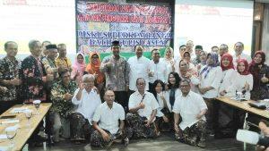 Bupati Rembang, Abdul Hafidz saat bertemu dengan pengurus APPBI. (Foto atas) Batik Lasem dikenakan oleh sejumlah model.