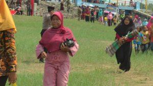 Simulasi pengungsi bencana banjir berlarian. (Foto atas) Tim SAR memperagakan adegan penyelamatan korban bencana banjir, Selasa (15/01).