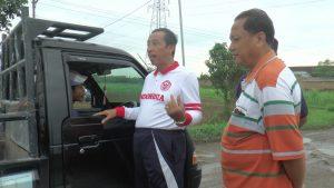 Bupati Rembang, Abdul Hafidz saat mengecek jalan lingkar Tireman – Galonan, Jum'at pagi (10/01). Bupati tampak berdialog dengan sopir dan naik ke alat berat.