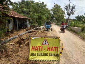 Pemasangan pipa gas di jalan Desa kedungtulup, Kecamatan Sumber.