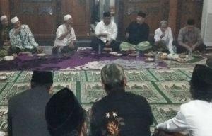 Yaqut Kholil Qoumas (Gus Tutut) saat diskusi di Rumah Joglo, selatan Stadion Krida Rembang, Sabtu malam.