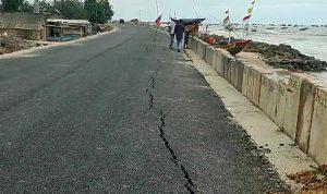 Jalan retak antara TPI Karangmangu – Temperak Kec. Sarang.