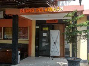 Pintu pelayanan di kantor Dinas Kependudukan Dan Pencatatan Sipil mengalami kerusakan. (Foto atas) Antrean pemohon KTP membludak sampai ke pinggir Jl. Rembang – Blora, Sabtu (18/01).