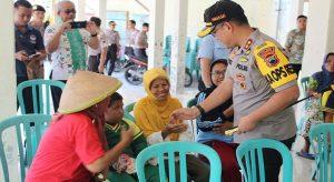 Kapolres Rembang, AKBP Dolly A. Primanto menyalami warga, saat berkunjung ke desa.