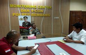 Kapolres Rembang, AKBP Dolly A. Primanto bersama Kasat Reskrim dan Kaur Binops Reskrim di ruang monitoring center.