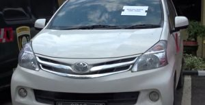 Barang bukti mobil yang dibawa kabur tersangka pelaku. (Foto atas) Kapolres Rembang, AKBP Dolly A. Primanto menunjukkan tersangka dan barang bukti keris.