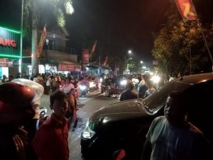 Tabrakan karambol di Jl. Pemuda Rembang, Rabu malam. (Foto atas) Kanit Laka Satlantas Polres Rembang bersama petugas Sub Denpom Blora menggelar olah TKP, Kamis (30/01).