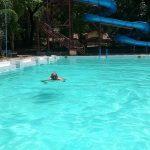 Seorang pengunjung berenang di kolam renang wana wisata Mantingan, Jum'at (17/01).