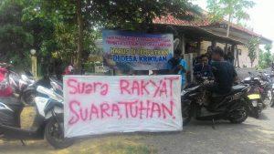 Poster tuntutan warga Desa Krikilan Kec. Sumber, terkait lokasi depo stasiun gas.
