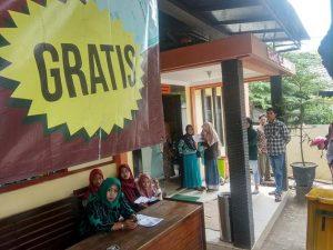 Tulisan gratis dalam pengurusan administrasi kependudukan terpampang di dekat pintu utama loket pelayanan Dindukcapil Kabupaten Rembang.