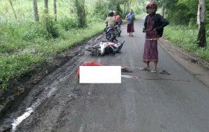 Korban kecelakaan tergeletak di lokasi kejadian, Jl. Desa Gambiran Kec. Pamotan, Selasa petang.