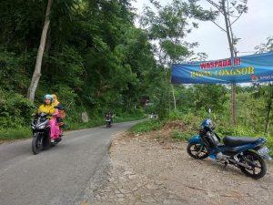 Sosialisasi waspada tanah longsor terpasang di perbukitan perbatasan Kecamatan Sedan dengan Kecamatan Pancur.
