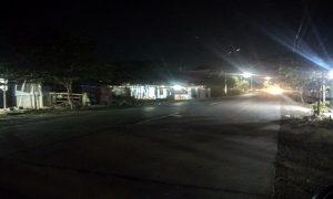 Suasana akses jalan di Rembang yang masih gelap pada malam hari.