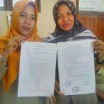 Kepala Desa dan Sekretaris Desa Megal Kecamatan Pamotan, Senin (20/01) menunjukkan surat kesepakatan masyarakat, terkait biaya sertifikat tanah.