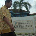 Kepala Desa Mlatirejo Kecamatan Bulu, Ngadiman melintas di depan balai desa, Selasa (14/01).