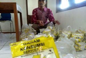 Kepala Desa Pasedan Kec. Bulu, Kusman, Kamis siang (02/01) menunjukkan garam beryodium yang akan dibagikan kepada masyarakat.