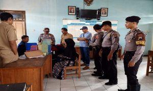 Pelaku pencuri tas pedagang menundukkan kepala di atas meja. (Foto atas) Pelaku diamankan oleh aparat kepolisian, Senin siang (27/01).