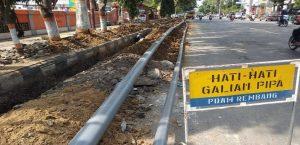 Penggalian pipa air PDAM di Rembang.