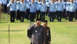 Bupati Rembang, Abdul Hafidz saat apel bersama para pegawai.