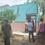 Wakil Ketua DPRD, Supriyadi Eko Praptomo bersama Komisi IV DPRD mengecek bangunan ruang kelas yang ambruk di SD N I Logede Kec. Sumber, Selasa (07/01).