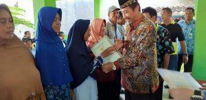 Bupati Rembang, Abdul Hafidz menyerahkan sertifikat tanah kepada warga di Desa Ngadem, Rembang.
