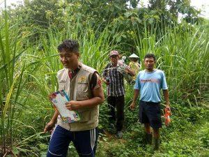 Tim PTSL di Desa Megal, Kecamatan Pamotan berjalan kaki menyusuri perkebunan tebu, Jum'at (24/01), untuk melakukan pengukuran lahan.