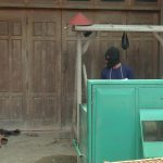Tersangka pelaku (mengenakan penutup muka) saat rekonstruksi kasus pembunuhan di Desa Suntri Kec. Gunem, beberapa waktu lalu.