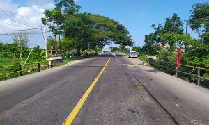 Suasana TKP kecelakaan di jalur Pantura Desa Labuhan Kidul Kecamatan Sluke. (Foto atas) Motor korban tidak mengalami kerusakan berarti.