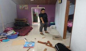 Tampak di dalam rumah, kipas angin dan pesawat TV berantakan. (Foto atas) Kapolsek Kaliori, Iptu Martoyo berada di lokasi kejadian, Selasa (14/01).