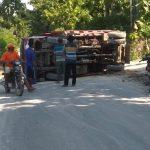 Truk terguling di jalan raya Desa Kedungtulup Kecamatan Sumber, Minggu pagi (FB).