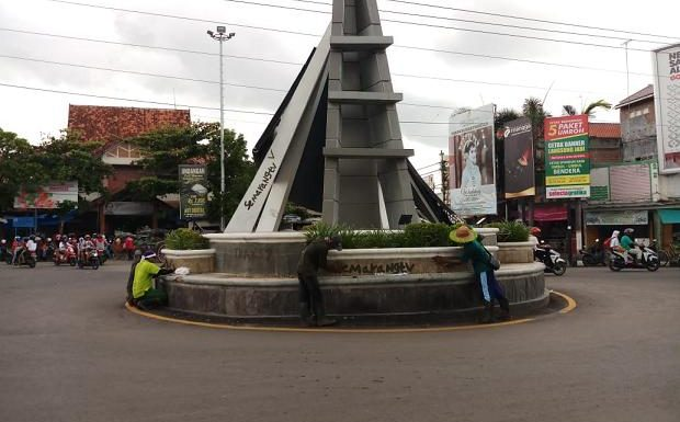 Atasi Vandalisme Tugu Bundaran Pasar, Petugas DLH Dibuat Keheranan