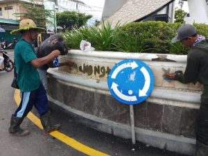 Petugas lapangan Dinas Lingkungan Hidup (DLH) Kabupaten Rembang, membersihkan tulisan di tugu bundaran Pasar Rembang, Kamis (02/01).