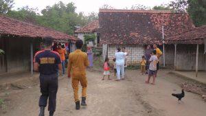 Warga Desa Pedak, Kec. Sulang resah terhadap serbuan ular kobra. (Foto atas) Ular yang berhasil ditangkap.