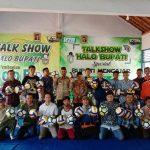 Pembagian bola untuk desa se Kecamatan Gunem, dipusatkan di SMK Muhammadiyah Gunem, Jum'at pagi (28/02).
