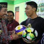 Bupati Rembang, Abdul Hafidz menyerahkan bola kepada perwakilan desa di Kecamatan Pamotan, Jum'at (07/02).