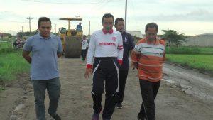 Bupati Rembang, Abdul Hafidz mengecek infrastruktur jalan, bersama Kepala Dinas Pekerjaan Umum Dan Penataan Ruang, Sugiharto.