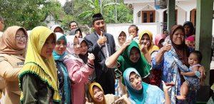 Bupati Rembang, Abdul Hafidz bersama kaum ibu-ibu, saat berkunjung ke desa.