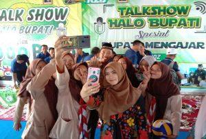 Bupati Rembang, Abdul Hafidz diajak berswafoto dengan pelajar, seusai program Halo Bupati di SMK Muhammadiyah Gunem, Jum'at (28/02).