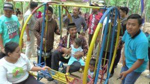 Bupati Rembang, Abdul Hafidz menggendong anak warga, saat berkunjung ke Desa Kadiwono, Kecamatan Bulu, beberapa waktu lalu.