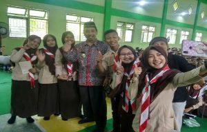 Bupati Rembang, Abdul Hafidz diajak berfoto selfie sejumlah pelajar di SMA N I Pamotan.