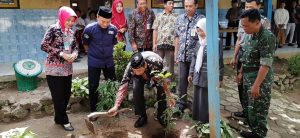 Di SD N Ngroto, Bupati Rembang, Abdul Hafidz menanam pohon. (Gambar atas) Ketika foto bareng, posisi tangan kanan seperti terbang. Bupati ingin Kabupaten Rembang terbang mengejar ketertinggalan.