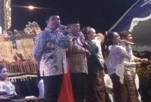 Wakil Bupati Rembang, Bayu Andriyanto bersama Sekda, Subhakti ikut menyumbangkan lagu dalam pentas wayang kulit di lapangan parkir PT. Semen Gresik Pabrik Rembang, Senin malam (03/02).