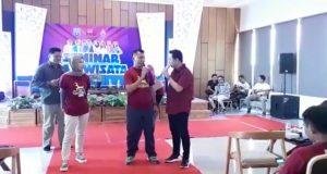 Wakil Bupati Rembang, Bayu Andriyanto saat menghadiri kegiatan Seminar Pariwisata, Minggu. (Gambar atas) Potret gapura masuk Kota Rembang dari arah timur.